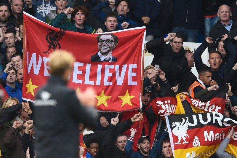 Jurgen Klopp aplaudand fanii